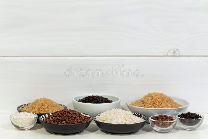 Riz, différentes variétés de riz cru photographie stock libre de droits