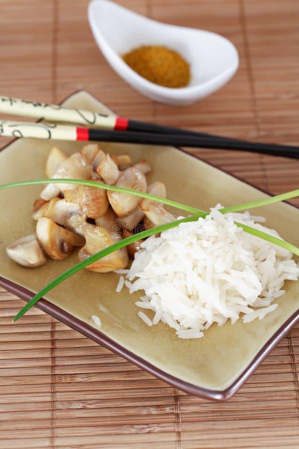 Riz et champignons de couche images stock