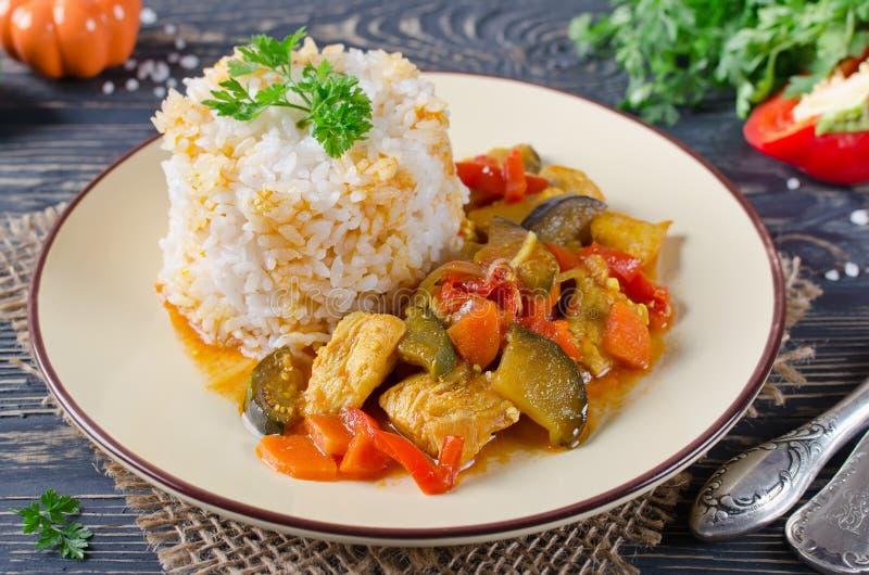 Riz et ragoût avec le poulet et les légumes photographie stock