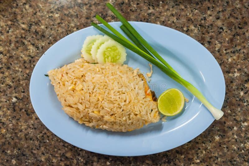Riz frit avec la crevette sur le plat photos stock