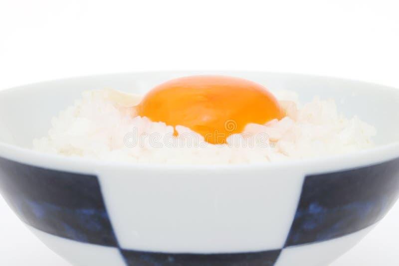 Riz japonais avec l'oeuf cru photographie stock libre de droits