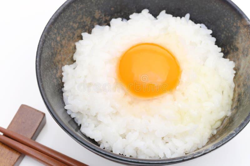 Riz japonais avec l'oeuf cru images stock