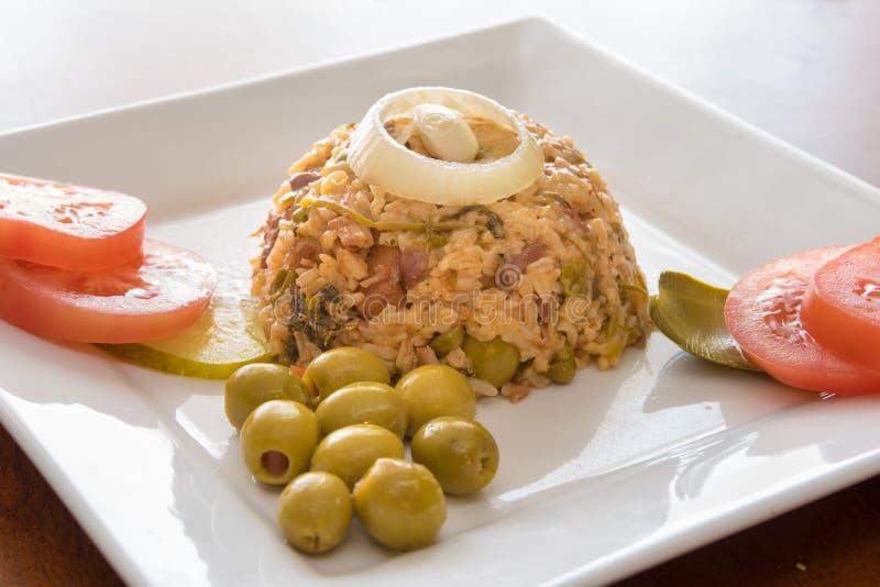 Riz jaune créole traditionnel de cuisine cubaine photo stock