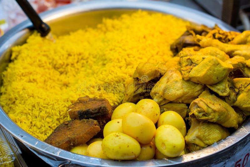Riz jaune musulman avec le poulet photo libre de droits