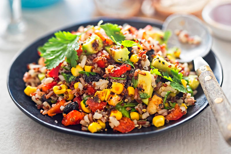 Riz mexicain, salade d'avocat de quinoa avec le habillage de piments photos libres de droits