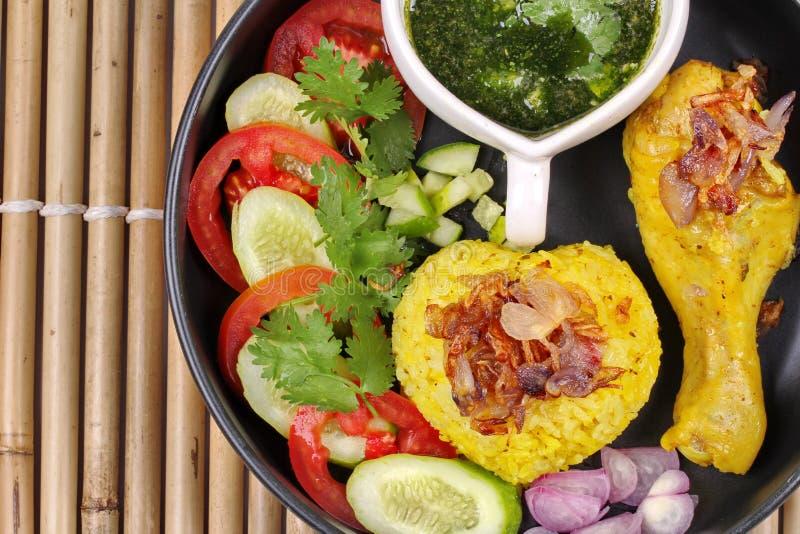 Riz musulman de jasmin jaune avec le poulet, nourriture halal photographie stock