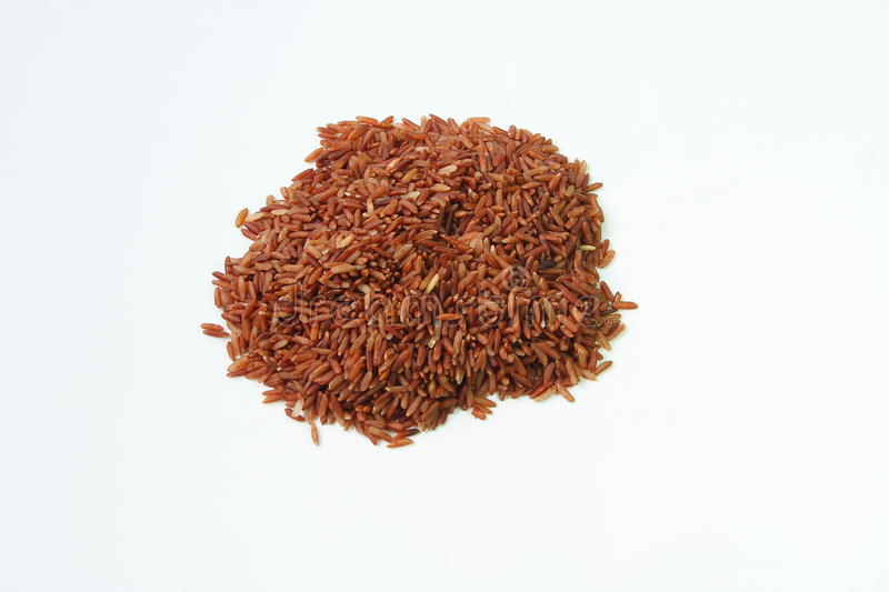 Riz rouge-brun sur le fond de whie photos stock