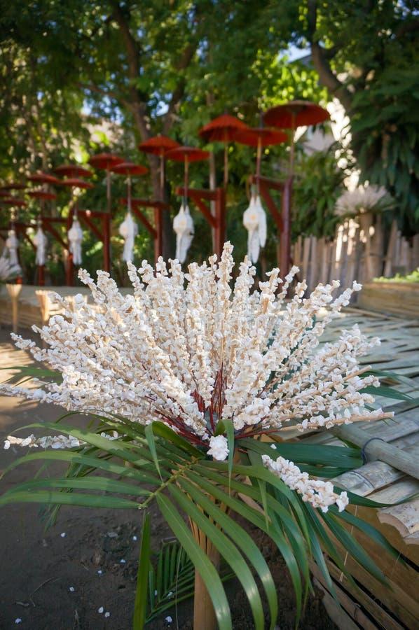 Riz sauté pour la décoration dans le temple, Thaïlande images libres de droits