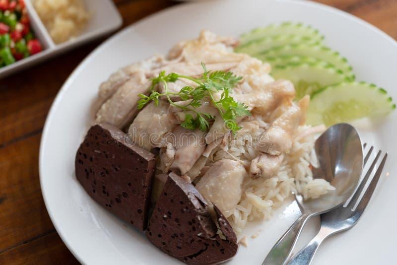 Riz thaïlandais de riz de poulet de Hainanese de gourmet de nourriture cuit à la vapeur avec du potage au poulet image libre de droits