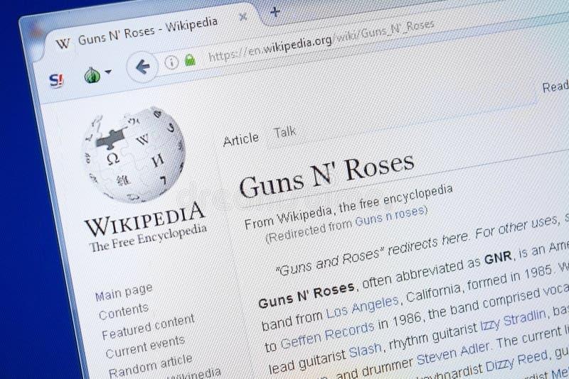 Rjazan', Russia - 19 agosto 2018: Pagina di Wikipedia circa le rose di N delle pistole sull'esposizione del PC fotografie stock libere da diritti
