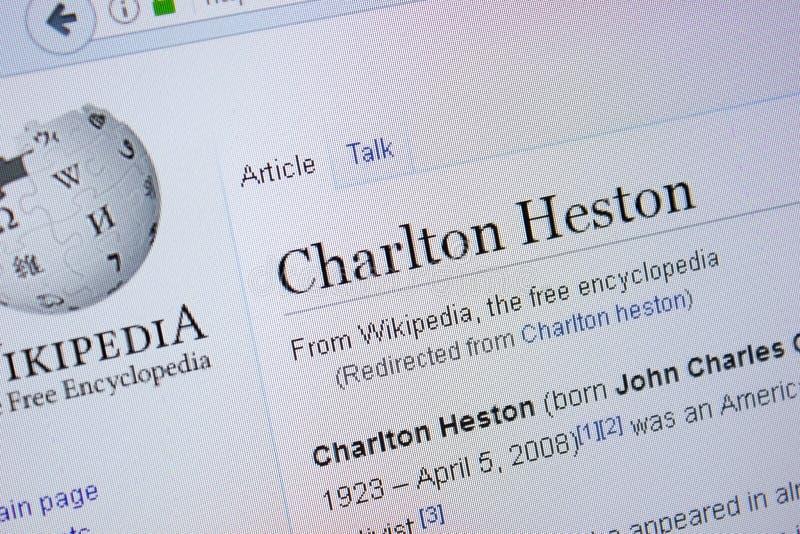 Rjazan', Russia - 9 settembre 2018 - pagina di Wikipedia circa Charlton Heston su un'esposizione del PC fotografia stock