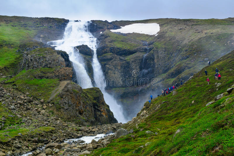 Rjukandi siklawa, Wschodni Iceland fotografia stock