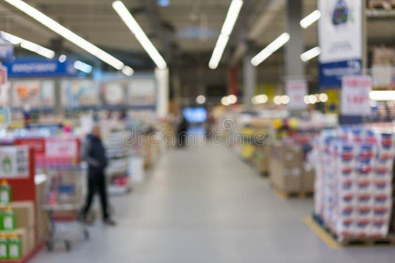 rket w rozmytym dla tła Abstrakcjonistyczny plamy tło półka przekąska i cukierek w sklep spożywczy towarowej sekcji w supermarkec fotografia royalty free