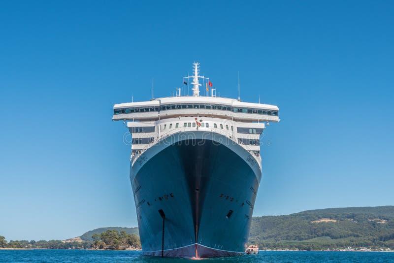 RMS Queen Mary 2 à l'ancre, Port Arthur, Tasmanie photos stock