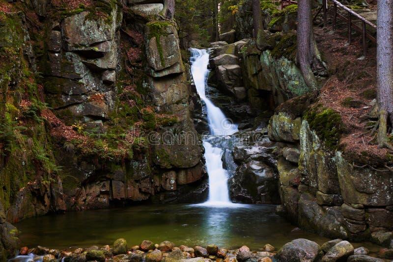 Rnej del ³ de Podgà de la cascada, cascada salvaje en el bosque, agua, corriente, piedras, reflexiones, naturaleza imagenes de archivo