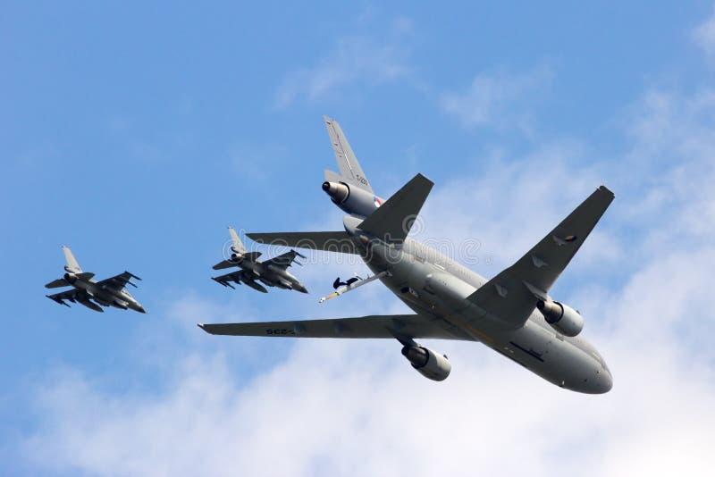 RNLAF F-16和KC-10定点飞越 库存图片