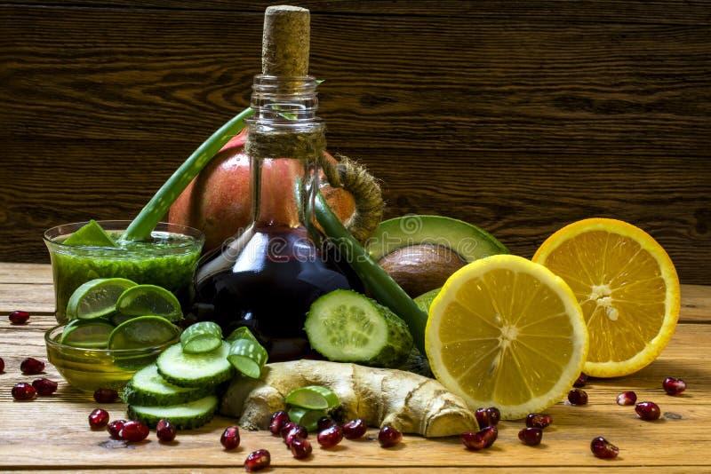 Rośliny używać w alternatywnej medycynie: aloes Vera, miód, imbir, granatowiec, kiwi, cytryna, ogórek i avocado, zdjęcie stock