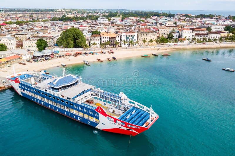 Ro-Ro/客船 对彭巴或达累斯萨拉姆装货的新的轮渡,准备好离去 桑给巴尔石头城,桑给巴尔市,安古迦岛,坦桑尼亚 库存图片