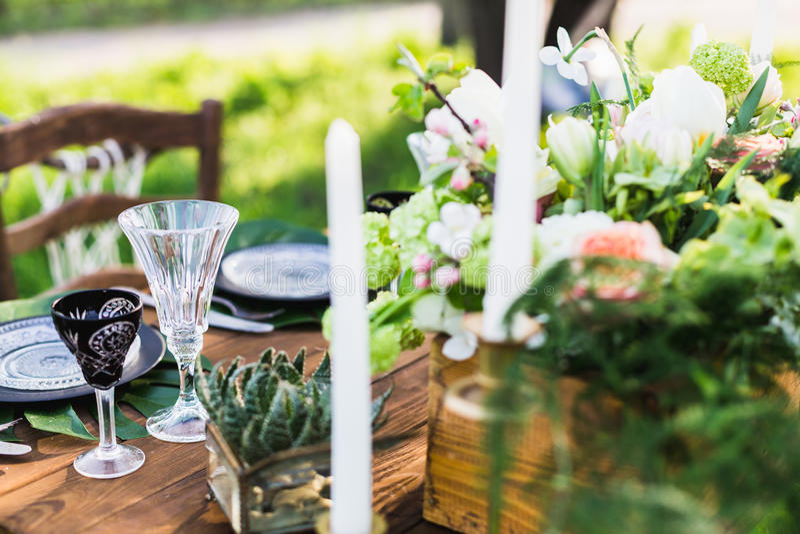 ro för pärla för inbjudan för garnering för dekor för bakgrundsboutonnierekort som gifta sig white Tabell för nygifta personerna arkivfoto