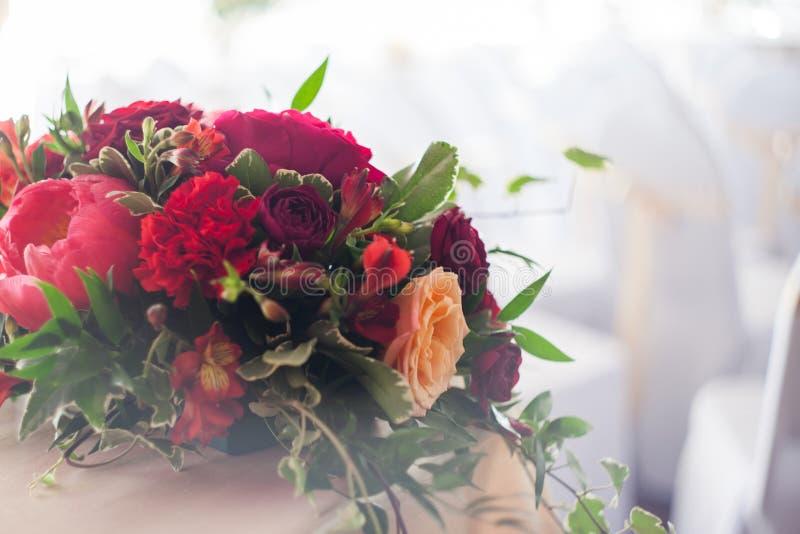 ro för pärla för inbjudan för garnering för dekor för bakgrundsboutonnierekort som gifta sig white Röda blommor i restaurangen, m royaltyfria bilder