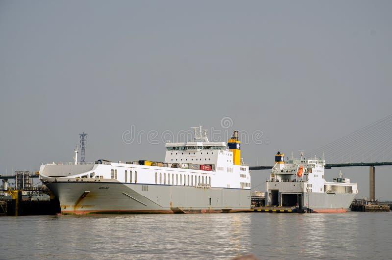 Ro-Ro在泰晤士停泊的货船伦敦 免版税库存图片