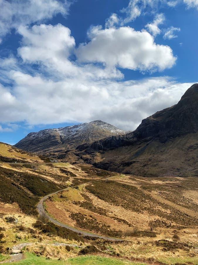 Road door Schotse hooglanden, Schotland royalty-vrije stock foto