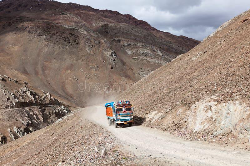 Road manali-Leh in Indisch Himalayagebergte met vrachtwagen stock foto