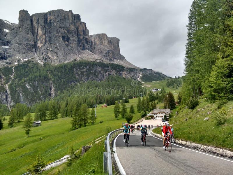 Roadbikers en los roadpass de la montaña de la dolomía que completan un ciclo cuesta arriba foto de archivo libre de regalías