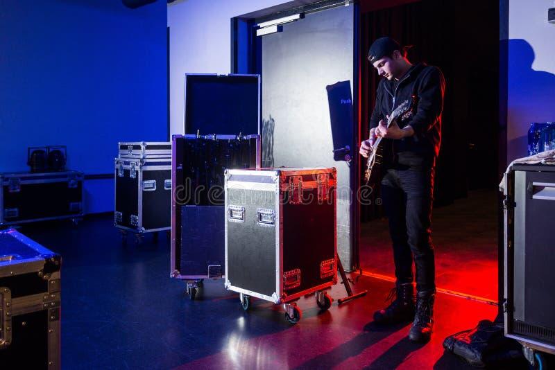 Roadie que joga a guitarra de bastidores fotografia de stock royalty free
