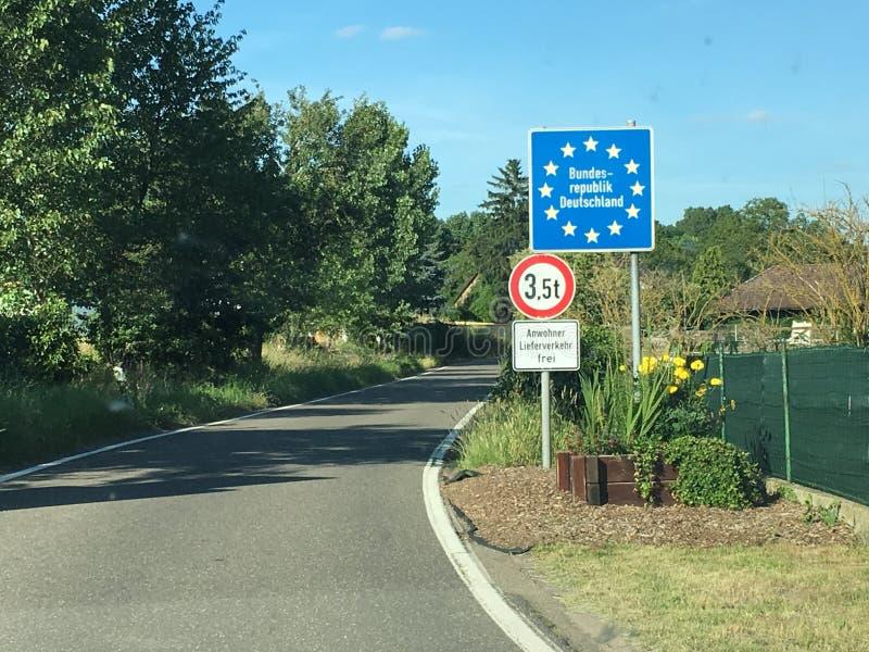 Roadsign de la frontera nacional que entra en República Federal de Alemania, con las estrellas en azul como símbolos para la sind fotografía de archivo libre de regalías