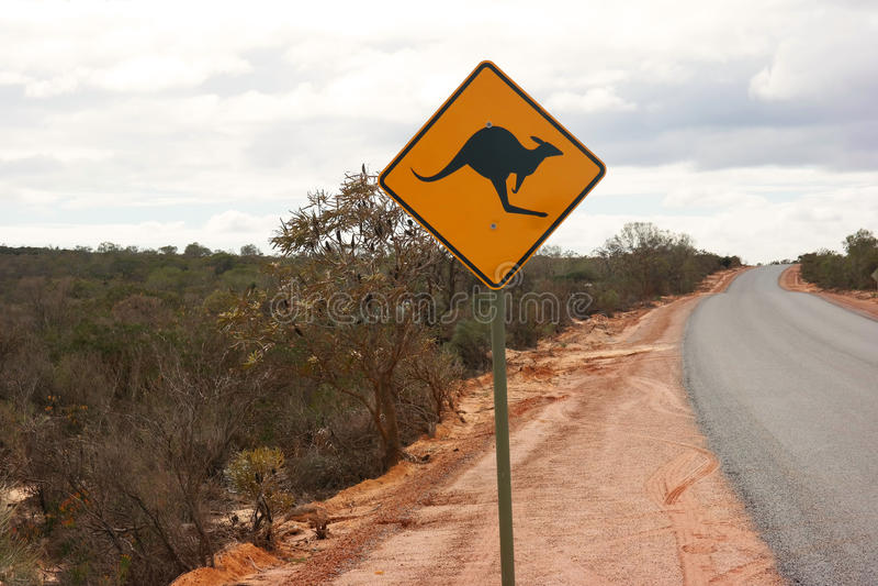 Roadsign del canguro al lado de la carretera australiana fotos de archivo