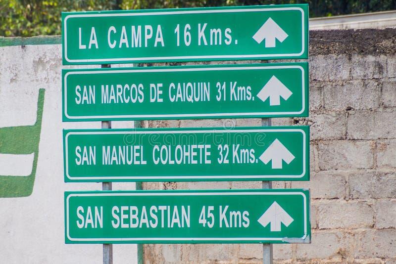 Roadsign in Gracias-Stadt, Honduras Es zeigt auf verschiedenes kleines Dörfer nearb stockfotos
