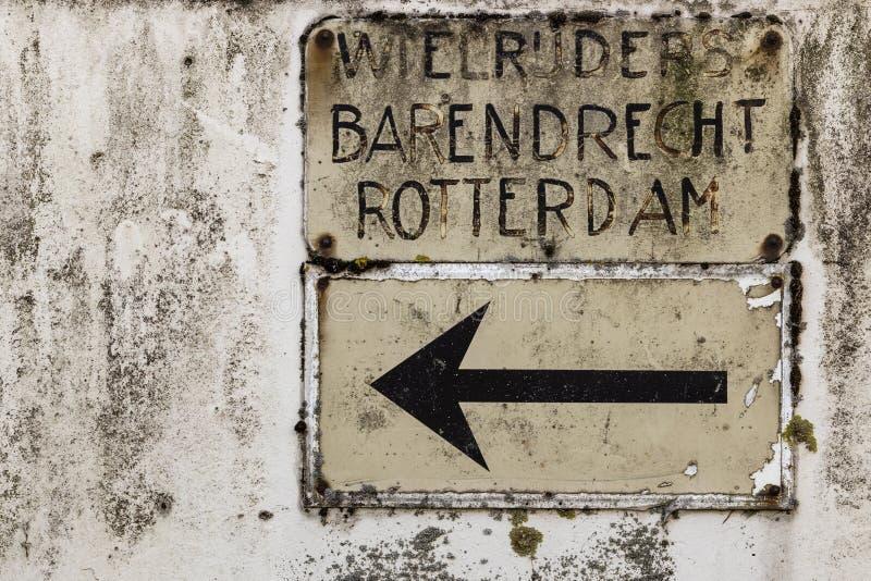 Roadsign néerlandais de cru pour des cyclistes vers Barendrecht et Rotterdam photographie stock