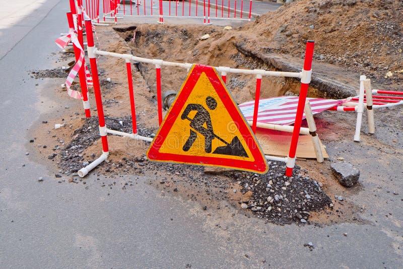 Roadsigns στον αστικό δρόμο ασφάλτου στοκ φωτογραφίες με δικαίωμα ελεύθερης χρήσης