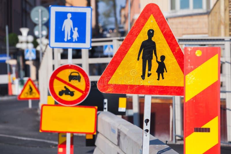 Roadsigns de advertência ao longo da estrada urbana europeia imagens de stock