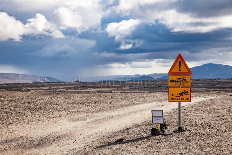 Roadsigns de advertência no campo de lava de Odadahraun nas montanhas de Islândia Escandinávia imagem de stock