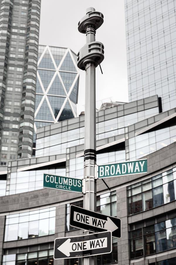Roadsigns no canto de Broadway e Columbo circundam imagens de stock royalty free
