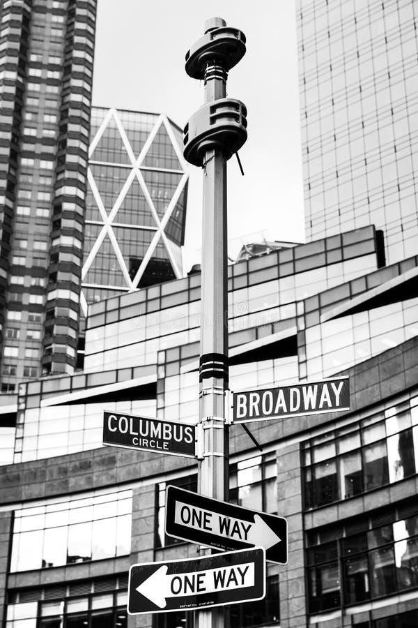 Roadsigns no canto de Broadway e Columbo circundam fotos de stock