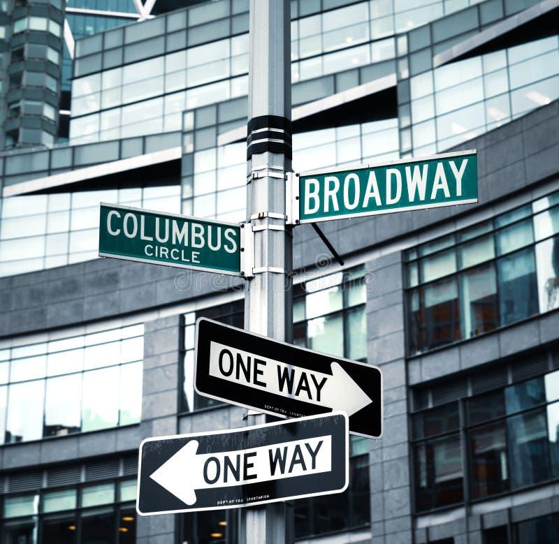 Roadsigns no canto de Broadway e Columbo circundam foto de stock