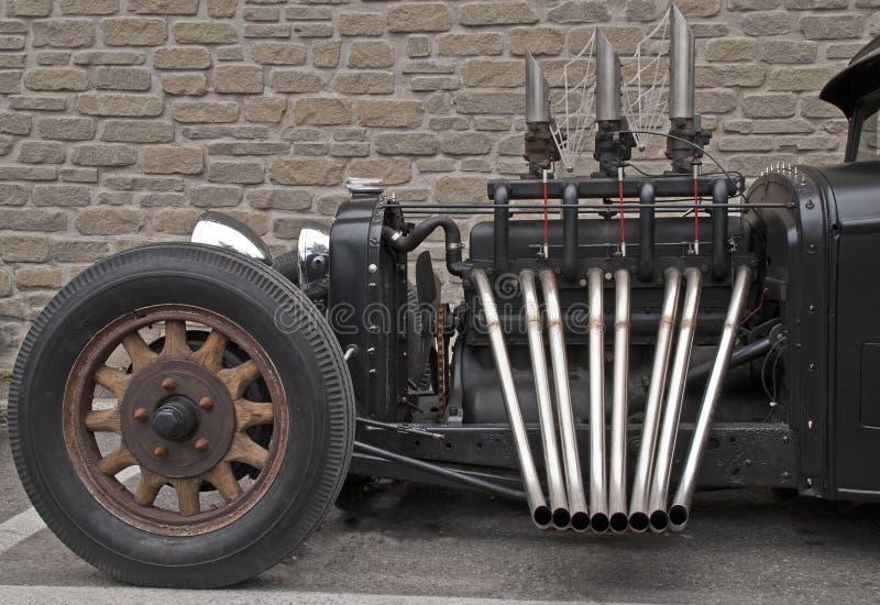 Roadster avec les pots d'échappement unmuffled photographie stock
