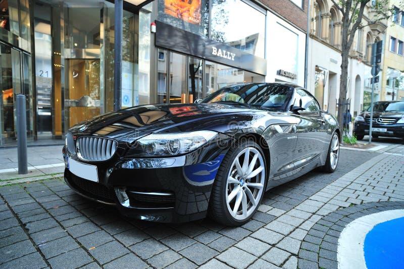 Roadster BMW Z4 припарковал на высокой роскошной улице   стоковые изображения rf