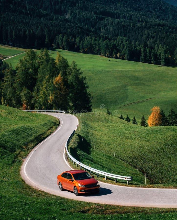 Roadtrip pelo carro na estrada nas dolomites, Itália da montanha imagens de stock
