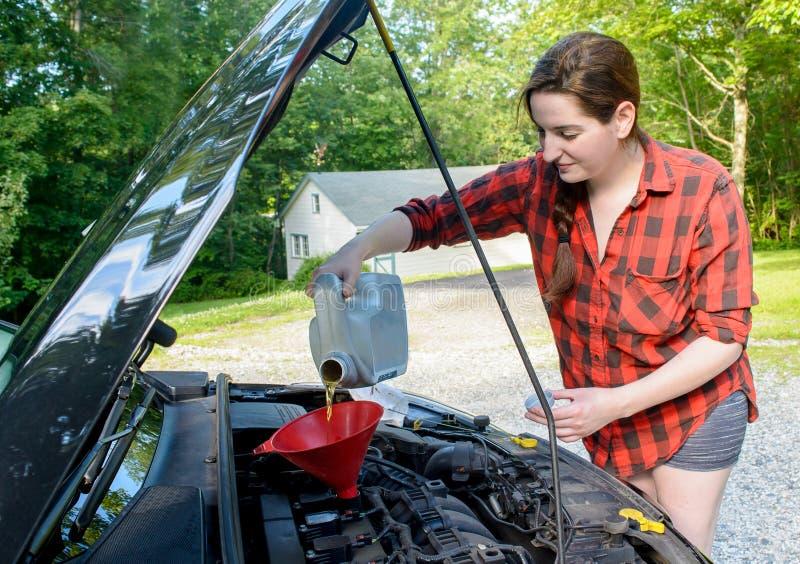 Roadtrip przygotowanie, dodaje motorowego olej zdjęcie royalty free