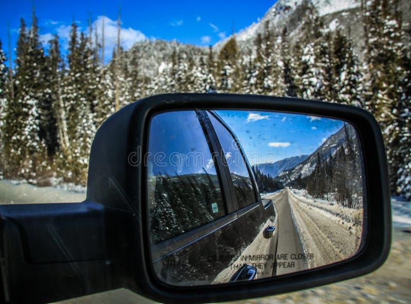 Roadtripping nelle montagne rocciose majestuous fra il diaspro ed Alberta su Alberta Highway 93, Alberta, Canada fotografia stock