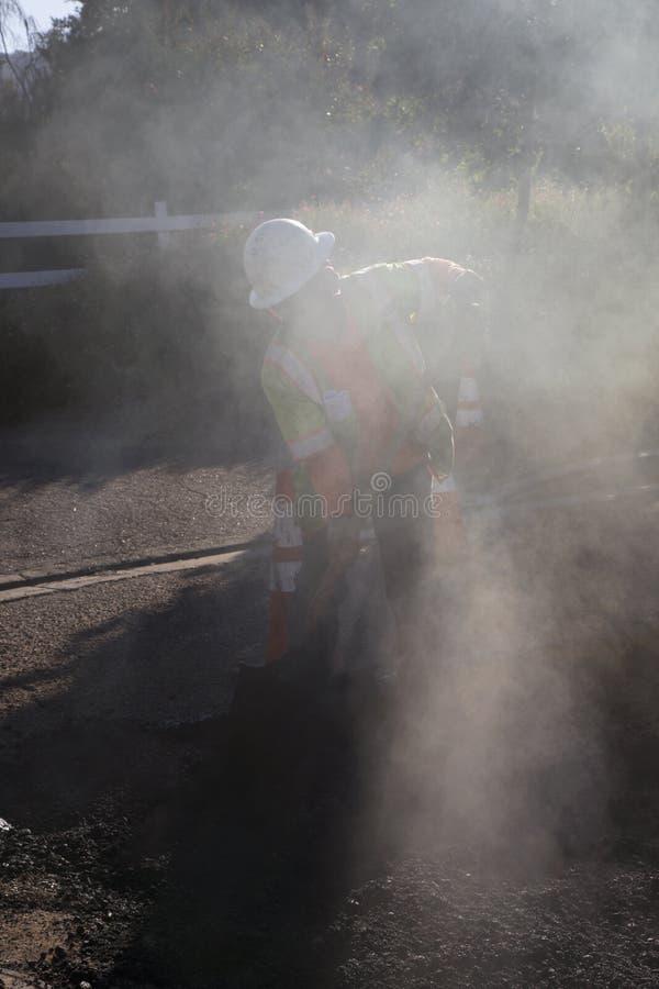 Roadworker repaves weg met stoom, Encino-Aandrijving, Eiken Mening, Californië, de V.S. royalty-vrije stock foto's