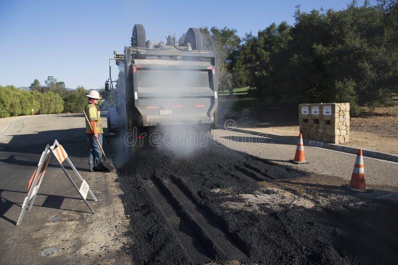 Roadworker repaves weg met stoom, Encino-Aandrijving, Eiken Mening, Californië, de V.S. royalty-vrije stock afbeeldingen