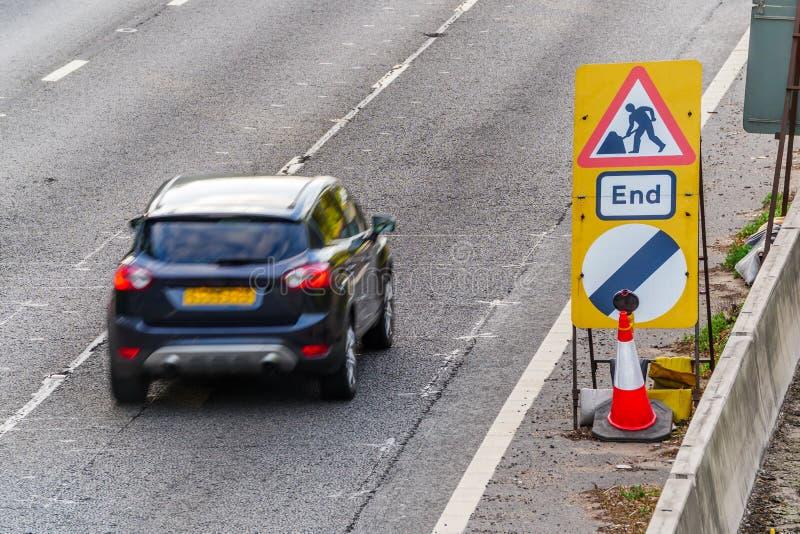 Roadworks för UK-vägservice avslutar tecknet på motorwayen royaltyfri bild