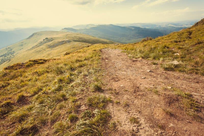 Roano della sporcizia e della catena montuosa sulla cima Paesaggio della natura con il modo rurale in erba Bello paesaggio in mon fotografia stock libera da diritti