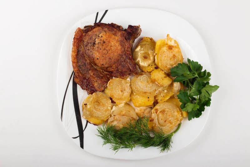 roasred mięso z warzywami i ziele, biały tło fotografia stock