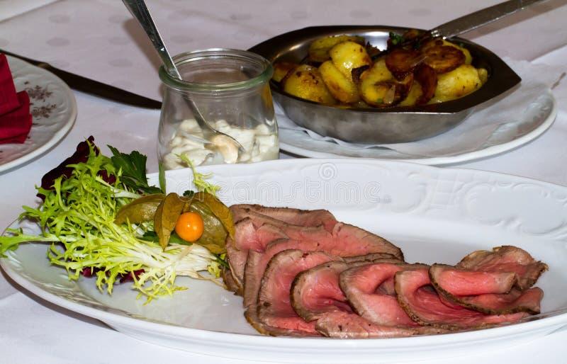Roastbeef在一家餐馆用土豆 免版税图库摄影